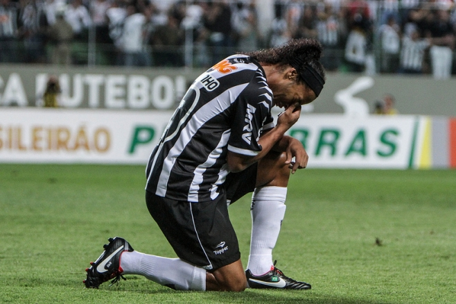 Ronaldinho scores a hat trick, chalks up two assists & cries on the pitch as Atletico Mineiro beat Figueirense 6 0