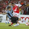 Milton Casco of Newell's Old Boys [R] challenges Bressan of Grêmio during their Copa Libertadores match on March 19, 2014