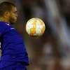 Cruzeiro's Mayke controls the ball next to Huracán's Alejandro Romero Gamarra (R) during their Copa Libertadores match at Tomás Adolfo Ducó on 14th April, 2015