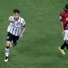 Corinthians' Paolo Guerrero (L) celebrates his goal against Cristian González of Danubio during their Copa Libertadores de América match at on 1st April, 2015